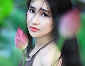 Bộ ảnh thiếu nữ xinh đẹp nâng niu đoá sen đầu mùa