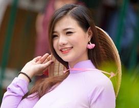 Thiếu nữ Hà Nội thướt tha áo dài dạo phố Sài Gòn