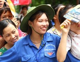 Nụ cười áo xanh tình nguyện xua tan mệt nhọc mùa thi cử