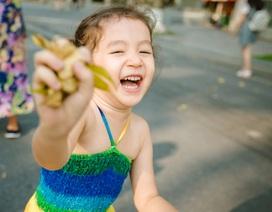 Bộ ảnh cô bé mang hai dòng máu Việt - Úc nhí nhảnh trên phố đi bộ Hà Nội