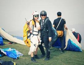 Cô dâu chú rể đáp dù lượn tới... đám cưới trên cánh đồng Hà Nội