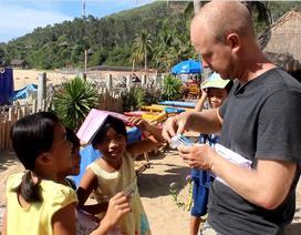 Hai chàng Tây dạy tiếng Anh miễn phí cho trẻ em làng chài