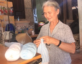 """Người phụ nữ nghèo """"xin"""" tiền mua len đan áo gửi chiến sỹ Trường Sa"""