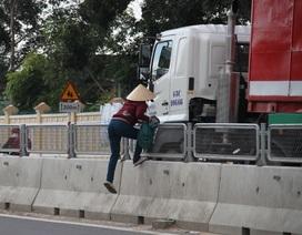 Cận cảnh dân tháo lưới chống lóa, liều mình băng qua quốc lộ