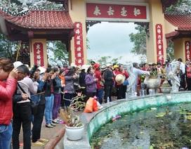 Bình Định: Hàng vạn người chen chân lên chùa Linh Phong cầu may