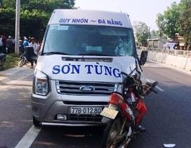 """Xe máy """"cắm"""" vào đầu xe khách, người đàn ông chết thảm"""