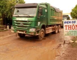 """Bình Định: Dân dựng biển """"cảnh báo"""" ngăn xe tải gây bụi"""