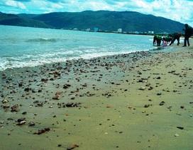 Bùn đen, xà bần xuất hiện trên bãi biển Quy Nhơn