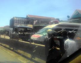 Xe cứu thương đối đầu xe tải, hai tài xế bị thương