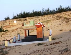 Bình Định: Người dân bất bình vi nhiều ngôi mộ bị cát vùi lấp