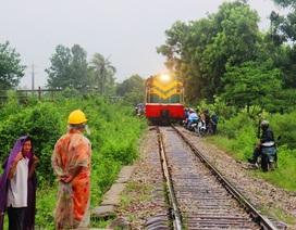 Thót tim cảnh dân cuống cuồng chạy tàu khi tránh lũ trên đường ray