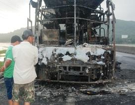 Xe khách giường nằm cháy trơ khung, 30 hành khách thoát nạn