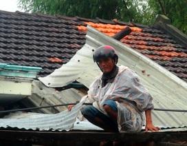 Lốc xoáy bất ngờ thổi bay mái hơn 20 ngôi nhà