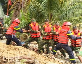 200 chiến sĩ vật lộn với dòng nước lũ, trục vớt tàu cá