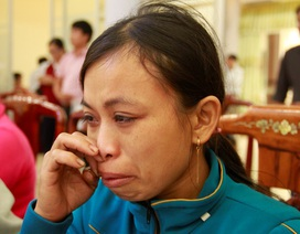 Vùng lũ Bình Định: Những góa phụ khóc nghẹn khi nhận sổ tiết kiệm