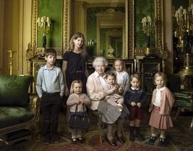 """Nữ hoàng 90 tuổi """"tạo dáng"""" bên các thành viên trẻ nhất Hoàng gia Anh"""