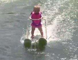 """Video bé gái 6 tháng tuổi lướt ván thành thạo gây """"sốt"""""""