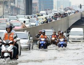 """Đường phố Bangkok hóa """"sông"""" sau trận mưa kỷ lục trong 25 năm"""