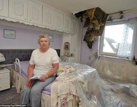 Sét đánh xé toạc mái nhà, cụ bà thoát chết trong gang tấc