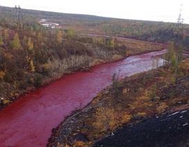 Kỳ lạ dòng sông đột ngột chuyển màu đỏ như máu ở Nga
