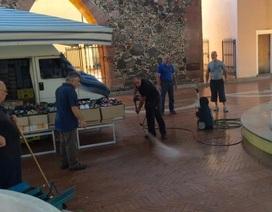Thị trưởng Italy đích thân dọn vệ sinh khu phố