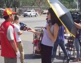 Trung Quốc đình chỉ nữ phóng viên đeo kính râm, cầm ô khi tác nghiệp