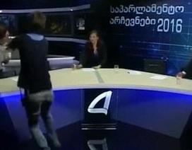 """Ứng viên quốc hội Georgia """"choảng"""" nhau trên sóng truyền hình trực tiếp"""