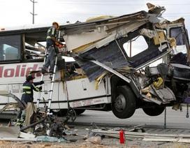 Mỹ: Xe buýt đâm vào xe tải ở California, 13 người chết