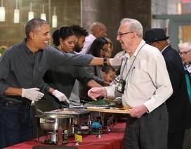 Tổng thống Obama phục vụ đồ ăn cho các cựu binh Mỹ
