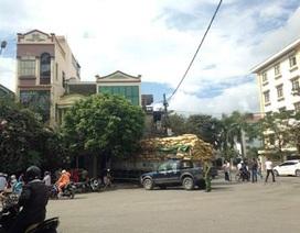 Xe tải xoay vòng giữa đường rồi đâm vào nhà dân