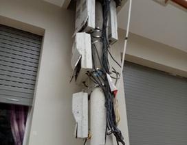 """Cột điện hạ thế bị nhà 3 tầng """"nuốt chửng"""""""
