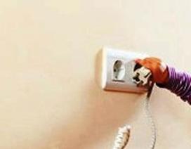 Nhét chìa khóa vào ổ điện, bé 2 tuổi bị điện giật chết
