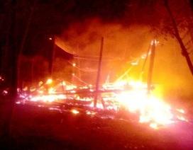 Cháy nhà, hai học sinh không thể đến trường vì chẳng còn sách vở, áo quần