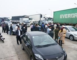 Ô tô chặn hết lối vào trạm thu phí để phản đối tăng giá vé