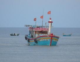 Tàu cá Bình Định mắc cạn tại cửa biển Nhật Lệ