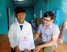 Vợ chồng già vui mừng nhận sổ đỏ sau loạt bài điều tra theo đơn thư trên Báo Dân trí