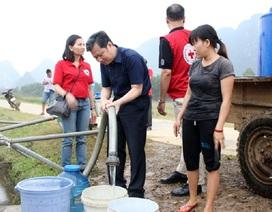 Điều xe chữa cháy cấp nước sạch cho người dân vùng lũ