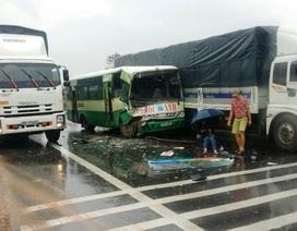 Xe buýt tông xe khách, phụ xe văng xuống đường