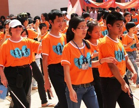 Sinh viên TPHCM vui chơi cùng học sinh khiếm thị