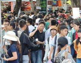 Người Sài Gòn xếp hàng dưới nắng như đổ lửa để mua sách