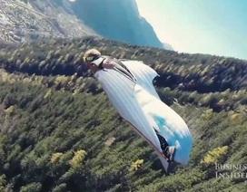 """Xem """"người bay"""" ngoạn mục qua đỉnh núi Alps"""