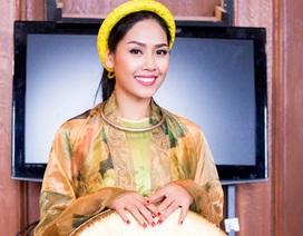 Nguyễn Thị Loan duyên dáng áo tứ thân tại Anh