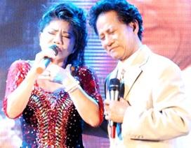 Danh ca Chế Linh quỳ trên sân khấu ký tặng fan hâm mộ ở Tiền Giang