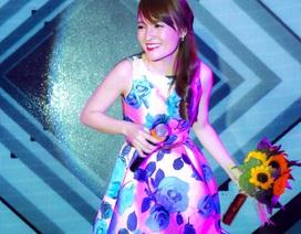 Nhật Thủy diện váy gợi cảm, say sưa trình diễn trên sân khấu