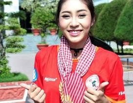 Hoa hậu Đặng Thu Thảo năng động đạp xe cùng sinh viên