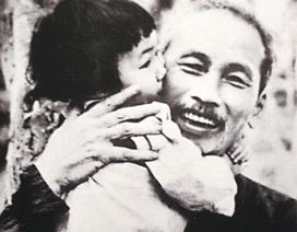 Xúc động hình ảnh Bác Hồ và  thiếu nhi Việt Nam