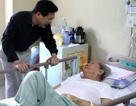 """Thứ trưởng Bộ VH,TT&DL đến thăm tác giả """"Hò kéo pháo"""""""