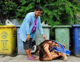 Tân Hoa hậu quỳ gối cảm tạ công ơn của người mẹ nhặt rác