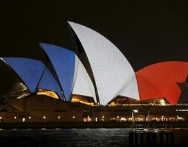 Nhiều công trình nổi tiếng thế giới khoác lên mình màu quốc kỳ Pháp
