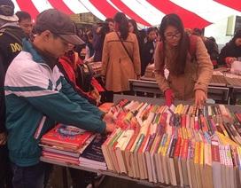 Người Hà Nội kéo nhau đi chợ phiên sách cũ dù trời mưa rét